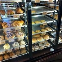 Photo prise au Specialty's Café & Bakery par Melissa Y. le3/2/2012
