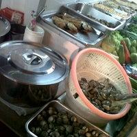 Photo taken at ร้านเก้าอี้ขาว (เรวดี) by Jomyutza ^. on 4/30/2012