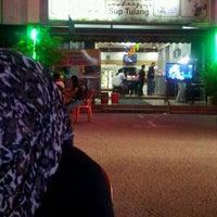 Photo taken at Restoran ZZ Sup Tulang by Muhammad Firdaus K. on 5/13/2012