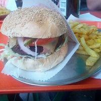 Foto tirada no(a) Yellow Sunshine Burger por Charles-Antoine M. em 8/3/2012