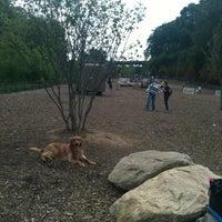 รูปภาพถ่ายที่ Piedmont Park Dog Park โดย Amor L. เมื่อ 4/7/2012