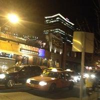 Foto tomada en Lodo's Bar And Grill por Bennie C. el 3/16/2012