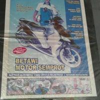 Photo taken at Betawi Motor Semprot by Luthfi B. on 2/11/2012