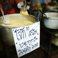 Photo taken at โจ๊กเจ๊น้อย ตลาดศรีละออ by Chawalin C. on 8/12/2012