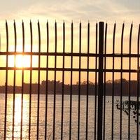 Foto tirada no(a) Hudson River Running Path por Courtney C. em 3/22/2012