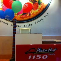 Photo taken at Pizza Hut by Kwanta N. on 2/14/2012