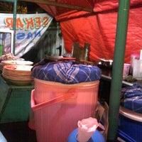 Photo taken at Warung Sekar Sari - Nasi Uduk by Hendra L. on 10/17/2011