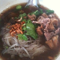 Photo taken at ก๋วนเตี๋ยวกูรฺูหมูตุ๋นน้ำข้น by Pam S. on 6/1/2012