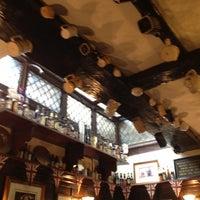 Foto tirada no(a) Ye Olde Mitre Tavern por Barbara C. em 8/17/2012