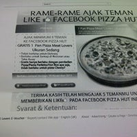 Photo taken at Pizza Hut by Dewi C. on 11/28/2011
