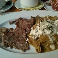Foto tomada en Casa Oaxaca Cafe por Sara G. el 6/25/2012
