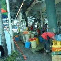 Photo taken at Restoran Peng Chu 枫味美食中心 by praba _. on 4/30/2012
