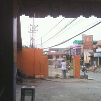 Photo taken at Pondok Service Car Wash by Iyuz S. on 3/31/2012