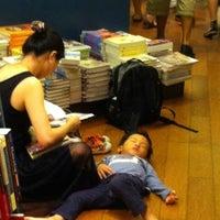 Das Foto wurde bei Books Kinokuniya 紀伊國屋書店 von jeslyndatay am 8/30/2011 aufgenommen