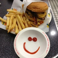 Photo taken at Johnny Rockets by Rafael S. on 11/29/2011