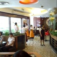 Photo taken at Pizza Hut (必胜客) by Koji J. on 9/2/2011