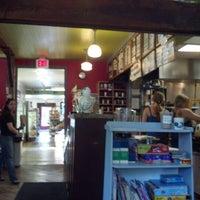 Foto tirada no(a) Cushman Market & Cafe por Clarinda M. em 7/13/2012
