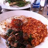 4/22/2012 tarihinde Moneeza S.ziyaretçi tarafından Café Phillies'de çekilen fotoğraf