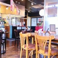 Photo taken at Freshness Burger by ハラダ ユ. on 7/26/2012