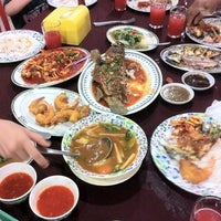 Photo taken at Medan Ikan Bakar Pantai Jeram by Azhar A. on 1/27/2012