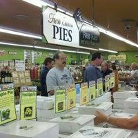 Foto scattata a Ikeda's California Country Market da Ben M. il 9/5/2011