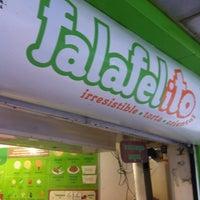 รูปภาพถ่ายที่ Falafelito โดย Mario L. เมื่อ 3/16/2012