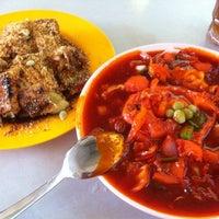 Foto diambil di Ayer Rajah (West Coast Drive) Market & Food Centre oleh Ishak M. pada 12/11/2011