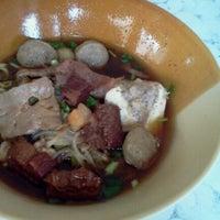 Photo taken at Yakyai Noodle by Porring Yakyai on 5/8/2011