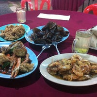 Photo taken at Medan Ikan Bakar Umbai-Pernu by Aendra B. on 8/28/2012