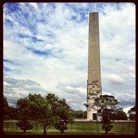 Foto tirada no(a) Obelisco Mausoléu aos Heróis de 32 por Fernando A. em 3/23/2012