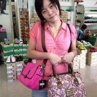 Photo taken at OutLet|Chainat by พอดีพอดี ด. on 5/29/2012