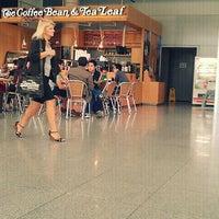 Photo taken at The Coffee Bean & Tea Leaf by WishBoNe on 10/2/2011