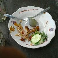 Photo taken at Spesial Sambal Bawang Mas Kobis by Alan J. on 1/24/2012
