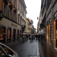 Foto scattata a Via dei Condotti da Julia M. il 5/20/2012