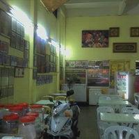 Photo taken at Amat Burger & Jus Buah Gelas Besar by Mohd Hafizul H. on 11/12/2011