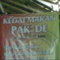 Photo taken at Kedai Makan Pakde by Ihsan Y. on 7/18/2011