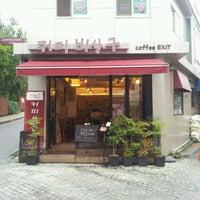 Photo taken at 커피비상구 by Yonghui O. on 8/17/2011