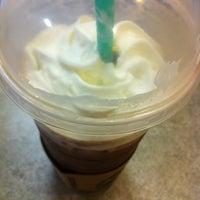 Foto tirada no(a) Starbucks por Shaun em 8/22/2011