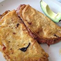 Foto tomada en Tacos de Barbacoa El Amigo por Lupita G. el 3/17/2012