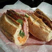 5/22/2012 tarihinde Junto David C.ziyaretçi tarafından Xe Máy Sandwich Shop'de çekilen fotoğraf