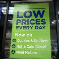 Photo prise au Shoppers Food Warehouse par Philip G. le10/26/2011