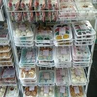 Photo taken at Sukiyaki Mercearia by Marcelo P. on 11/26/2011