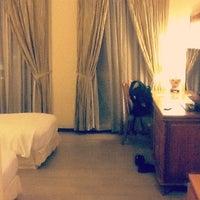 Photo taken at Albert Court Village Hotel by shem v. on 7/22/2012