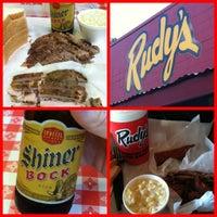 Photo prise au Rudy's Country Store & Bar-B-Q par Denny L. le5/1/2012