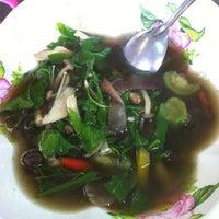 Photo taken at ต้มเลือดหมู แปะหวัง by Soung i. on 5/25/2012