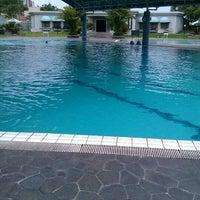 Photo taken at ATLANTIS swimming pool by itok t. on 11/10/2011