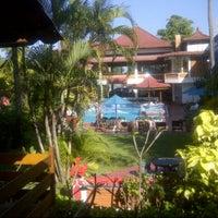 Das Foto wurde bei Puri Naga seaside cottages von Ch M. am 8/3/2012 aufgenommen