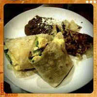 รูปภาพถ่ายที่ Broken Yolk Cafe โดย Oscar G. เมื่อ 1/2/2012