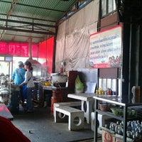 Photo taken at อาง้วน โกยซีหมี่ อาหารตามสั่ง by Jatupon P. on 1/11/2012