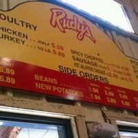 Das Foto wurde bei Rudy's Country Store & Bar-B-Q von Claire S. am 10/16/2011 aufgenommen